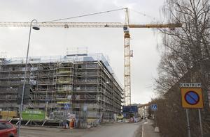 Nya hyresrätter. Arbetet med att färdigställa lägenheterna i kvarteret Apotekaren i centrala Nynäshamn pågår för fullt.