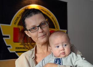 Lisen Hollström med barnbarnet Saga, 4 månader. Tack vare KRIS fick hon och hennes dotter stöd i sin kris.