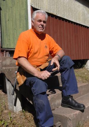 Vilostund. Lennart Strand lägger ned många timmar på skytteföreningen. Här får han i alla fall en liten paus i arbetet med att piffa upp anläggningen inför stortävlingen Triangeln, som avgörs i mitten av juli. Foto:Jörgen Wåger