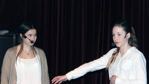 Felicia Ulin och Ronjag Rydberg berättade om prinsessan och prins Knapp.