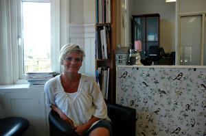 """Frågas ofta. Karin Östenstaf äger frisörsalongen Studio tre vid järnvägstationen, och hon blir dagligen tillfrågad om toalettbesök. """"Jag säger ja på grund utav att det i dag inte finns någon offentlig toalett"""", säger hon."""