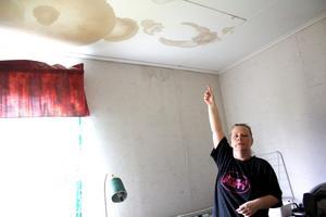 Fuktskador. Camilla Bergström kan inte längre använda ett av rummen på övervåningen. Efter kraftiga skyfall för några år sedan läckte vatten in i lägenheten.
