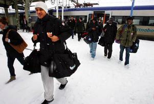 Jämtland anlände till Östersund vid 12.30-tiden i går. Här är det Egal Saleman som just klivit av tåget. I bakgrunden ser vi Tyrone Levett, Samuel Mukooza och Francis Odada.