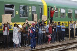 Flyktingkaos. Hur ska vi hjälpa flyktingar? Bilden från Budapest i Ungern. Foto: TT