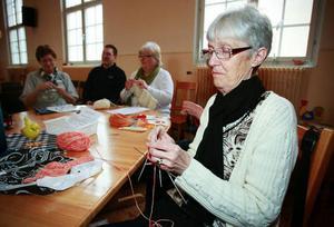 """Kerstin Eriksson från Erikslund i Östersund stickar strumpor till sina barnbarn och gör det gärna när det är handarbetskafé. """"När man blir pensionär är det kul att träffa nytt folk""""."""