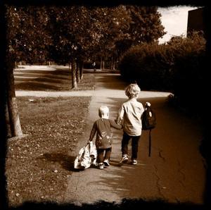 Den här bilden togs på mina barnbarn när dom kom från Stockholm och skulle fira morfars födelsedag 30 aug. Det är så mycket ömhet i bilden, Storebror William tar hand om lillasyste Julia.Bilden insänd av: Lilli-Ann Molin, Håkantorpsgatan 63, 724 76 VästeråsTel 0708 43 23 79. E-post lilli-ann.molin@tele2.se(Hittade ingen namnruta ovanför formuläret)