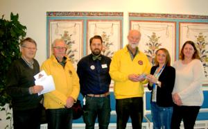 Socialtjänstens Zilha Fific och Marie Holst tar emot presentkorten till behövande av från vänster Jan Magnusson, Lions, Sture Alfredsson, Lions, Niklas Kvarnström, butikschef vid Coop Leksand, och Sten Lekselius, president i Lions.