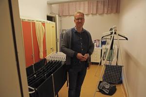Pingstpastor Hans Wikström visar de enkla lokalerna som Romer nu får använda.