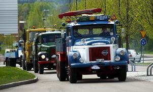 Rullande museum. Åkerihistoriska sällskapet arrangerar veteranbilsträffar på flera platser runt om i Sverige varje år. På Tunga masträffen under helgen träffades främst personer från Mellansverige. Lördagens veteranbilsrunda började på Röda vägen.