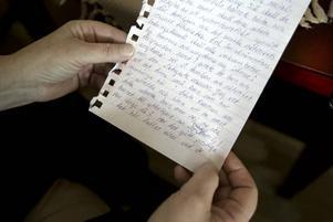 Karina och hennes man Örjan förstår inte varför socialtjänsten har agerat som de har gjort. Hon har bland annat skrivit insändare för att få utlopp för sin frustration.