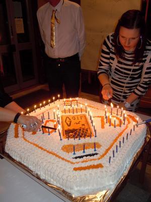 Gårdskärs IF fyller 70 år och på årsfesten serverades den här jättetårtan. Ewelina Helzenius var en av dem som bakade.