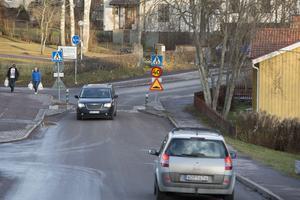 En boende efter Ljunghällsvägen hävdar att vissa bilister håller väldigt hög hastighet och att genomfartstrafiken har ökat de senaste månaderna.