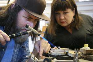 Sommarkurser på Leksands folkhögskola, kursledare Pierce Healy hjälper Jenny Myrsell att förvandla ett loppisfynd till vackra örhängen.
