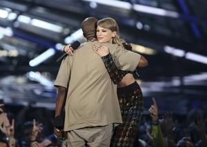 Försoning. Taylor Swift omfamnar Kanye West efter att ha delat ut ett hederspris till honom på fjolårets VMA-gala.