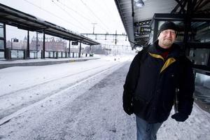 Lasse Almbergs tåg var försenat med en och en halv timme. Men han tog situationen med ro och menar att ingen kan göra något åt vädret.