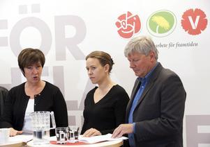 Gemensam plats. Partiledarna Mona Sahlin, Maria Wetterstrand och Lars Ohly presenterar en rödgrön satsning mot ungdomsarbetslösheten på det nya rödgröna centret på Sveavägen i Stockholm på onsdagen. foto: scanpix