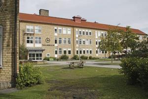 Under socialdemokraternas ledning centraliserades tre skolors högstadie elever till Vallaskolan, skriver debattörerna.