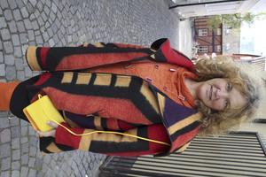 Irene Ronström bär ralston-ullkappa, leggings, orange fridatröja oversize, knallig skinnväska. Från Ronström.
