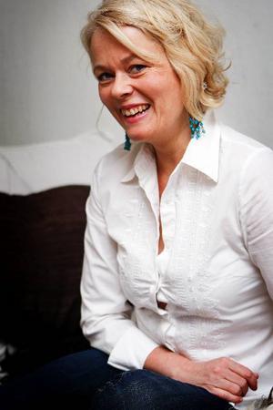 Fiolen bor i en röd väska. I stort sett varje dag, oavsett årstid och väder, tas den ur väskan och används.Oline Bakkom är 44 år gammal och kommer rån Rendalen i Norge. 1990 flyttade hon till Sverige och sedan oktober bor hon och hennes sambo i Östersund.