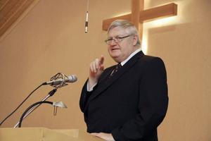 Åke Berglund, som var kyrkoherde i Svenska Kyrkan i Harmånger 1983 - 93, var först ut bland dem som ville uttrycka ett varmt tack.