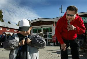 Det ska böjas i tid....Speakern Michael Gradin instruerar sjuårige Albin Ekvall, Hassela, som ville testa fingerstyrkan.
