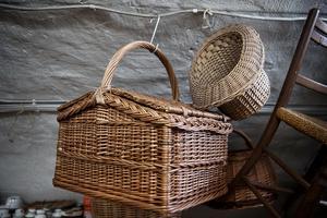 Korgar tillverkas inte längre av familjen Larsson. De korgar som hänger i verkstaden görs i Estland av ett annat litet familjeföretag.