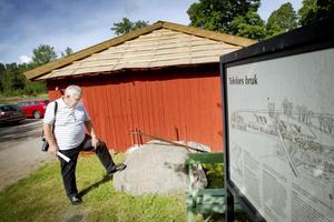 På denna sten har drängar och pigor ristat in vilket år de lämnade bruket, demonstrerar Lars Ohlsson.