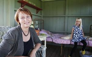 Förutom ett engagemang för ungdomen i Bjursås, har Sofi ställt i ordningen en fin trädgårdm på det som en gång bara var en åker i byn Bodarna i Bjursås. Här sitter Sofi med dottern Emma i en liten trädgårdsalkov.FOTO: ANNIKA BJÖRNDOTTER