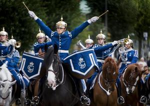 Klara, färdiga. David Österberg slår an takten på sina pukor, medan Gustaf Sjösvärd, strax till höger, gör sig beredd med trumpeten.