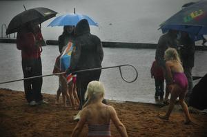 Ta skydd! Paraplyer fanns det gott om. Foto:Mikaela Larm