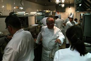 Det moderna baskiska kökets fader, Juan Mari Arzak leder arbetet i köket.