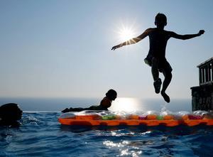 Bada inte direkt efter maten är en klassisk sommarreplik på stranden eller vid poolen.