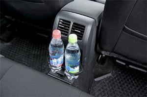 Baksätespassagerarna och deras läsk svalkas av ventilationen i Volkswagen Golf.