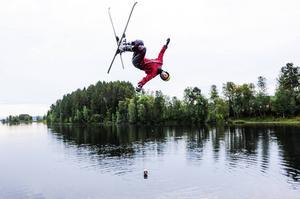 Felix Elofsson jobbar med säsongens trick.
