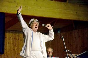 Anders Linder var både jazzsångare, Peo från Vintergatan och Kapten Zoom på lördagens familjejazz i Askersund.