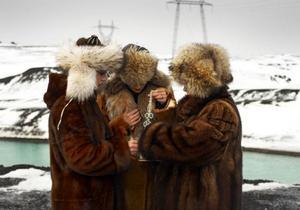 Konstnärsgruppen The Icelandic Love Corporation skildrar i sina videoverk och performances bland annat hur girigheten växte med nyrikedomen.