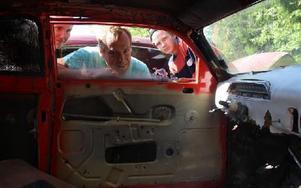 Nostalgi. Mikael Larsson (i mitten) passade på att titta in i en gammal Amazon när han besökte bilskroten i Röjeråsen, Rättvik, tillsammans med Elisabeth Rönnlund och Jonathan Larsson. Foto: Eric Salomonsson