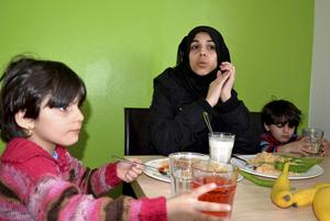 Athar Alkhatib med barnen Limar och Maya är asylsökande i Viskan. Athar berättar att hon trakasserades som ensamstående. Nu hoppas hon på att få en egen lägenhet.