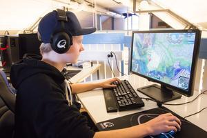 Emil Djupenström koncentrerar sig framför spelet League of Legends.