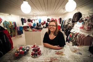 """Linda-Marie driver gårdsbutiken """"Mejodej"""" där hon säljer barnkläder, snart ska en webshop startas också."""