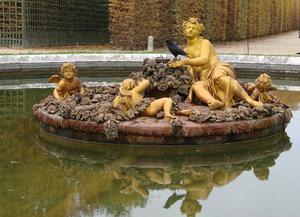 En mycket vacker, gammal fontän i Versailles park utanför Parisen vacker dag i början av november. Många fontäner var igång ochdet bjöds på klassisk musik till. Fantastisk upplevelse.
