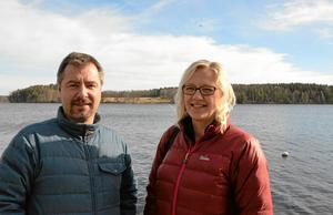 Gillar öliv. Än så länge hittar man Claes Dyst och Marie Ohlson på Hjernet i Nora. Men i sommar är de åter ute på Alntorps ö.