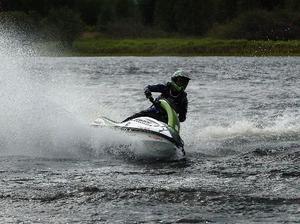 Vattenskoterförarna vill köra en timme längre på lördagar än vad de fick göra i fjol. I mitten av maj kommer besked.