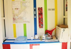 Dasset är färgglatt och dekorerat med en karta, affischer och metallskyltar från gamla SJ-tåg.