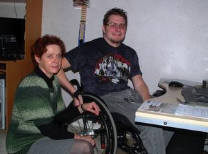 Jonas Strandberg, Östersund, som efter den dramatiska olyckan 1994 är förlamad och rullstolsburen har i dag två assistenter på heltid, en på 65 procent och söker en på drygt 30 procent. Jonas deläger det 840 anställda stora företaget och är Assistanslotsens dataansvarige. Han hjälper även andra brukare med deras datorer. En av företagets anställda är hans mor, Inger Strandberg, som råkade vara i tjänst i Jonas hem när LT kom på besök.