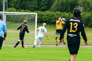 Brunflos målvakt Anton Modig fångar en boll i första halvlek.