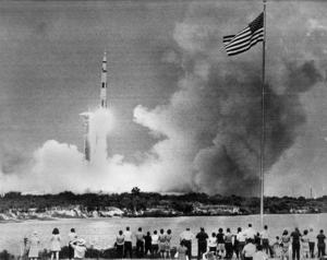 Apollo 13 skjuts upp från Cape Kennedy i Florida 11 april 1970.  Målet var månen, dit nådde man inte.  Bild från TT, fotograf okänd.