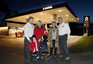 Efter nästan 35 år på macken lämnar nu Ingegerd och Matts Engman (längst till höger) över Statoil i Ytterån till Micke Olofsson och Gabriella Brodin. Med på bilden också deras fyraåriga tvillingar  Nathalie och Neo.