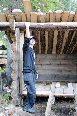 Hela tiden är det nya projekt på gång i skogsarbetarbyn, här Ian Lundin med en slogbod som ska få ett nytt tak.