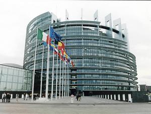 I våras presenterade EU-kommissionens ordförande Jean-Claude Juncker en vitbok med fem framtidsscenarier för Unionen. Fyra av dessa går ut på att samla mer makt till Bryssel och successivt bygga en regelrätt statsbildning.